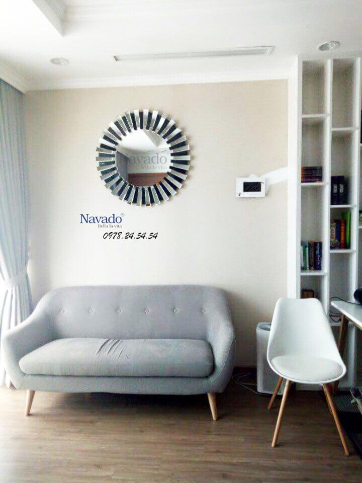 Gương trang trí Mystery khiến phòng khách thêm đặc biệt hơn, thu hút hơn.